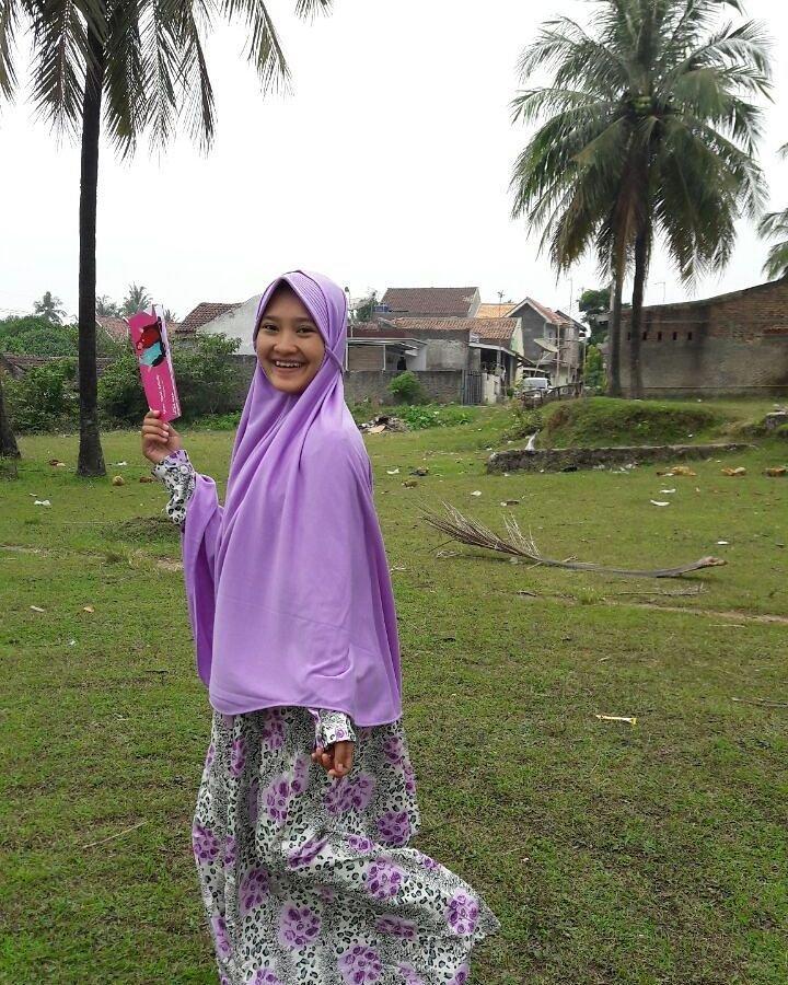 warna jilbab yang bikin wajah putih ungu muda