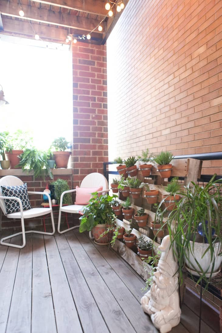 balkon rumah dengan tema vertikal garden