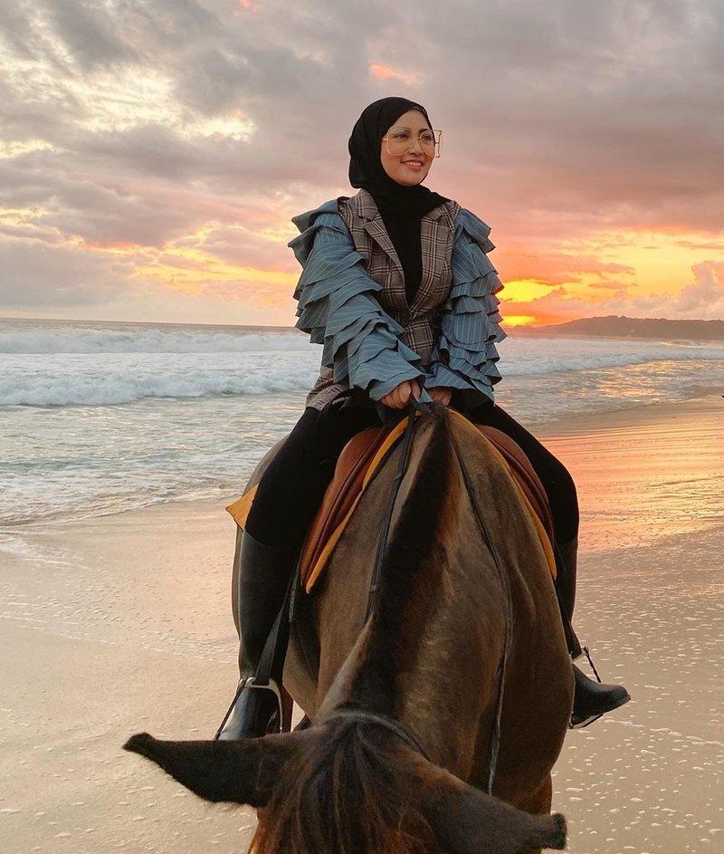Rachel Vennya Naik Kuda di Nihi Sumba