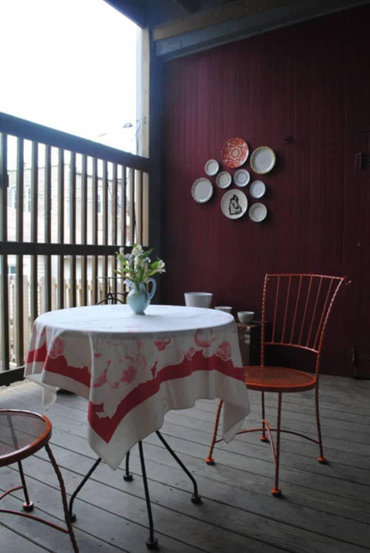 meja makan di balkon rumah