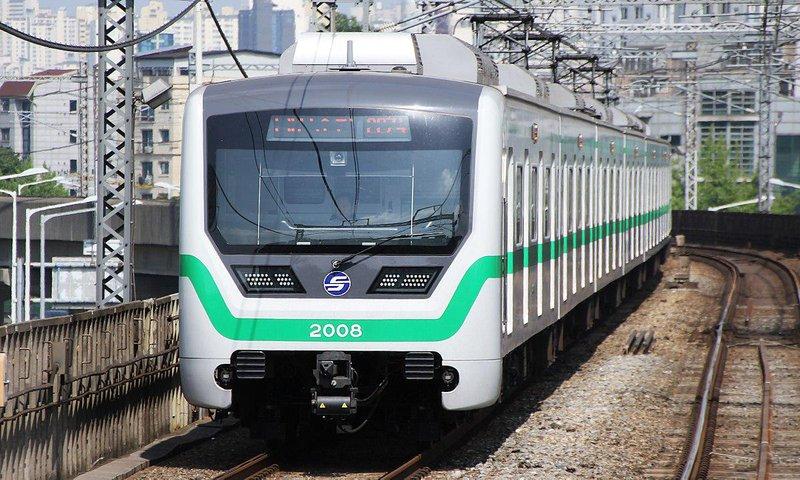 1200px seoul metro line 2 train arriving at guro digital complex (2 09)