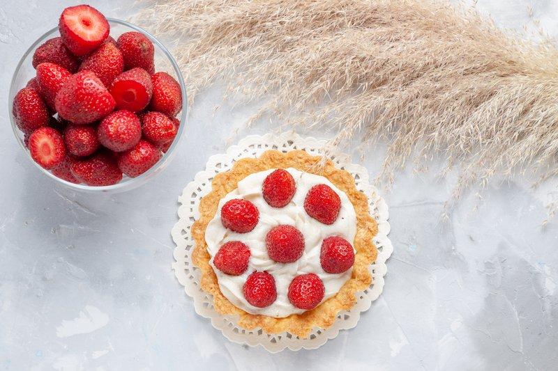 Buah strawberry baik untuk kecantikan kulit