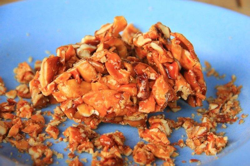 makanan khas sulawesi halua kenari