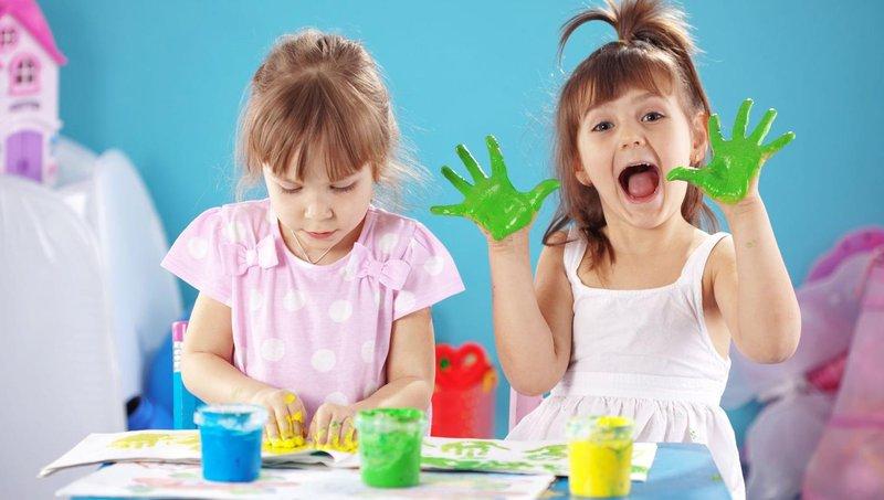 3 resep cat ramah anak untuk balita yang suka finger painting 1