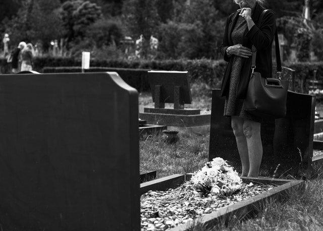 4 Hal yang Harus Dipersiapkan Saat Membawa Balita ke Pemakaman 01.jpg