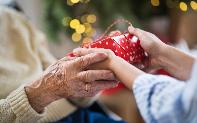 4 Tipe Kakek-Nenek yang Manjakan Cucunya-2.jpg
