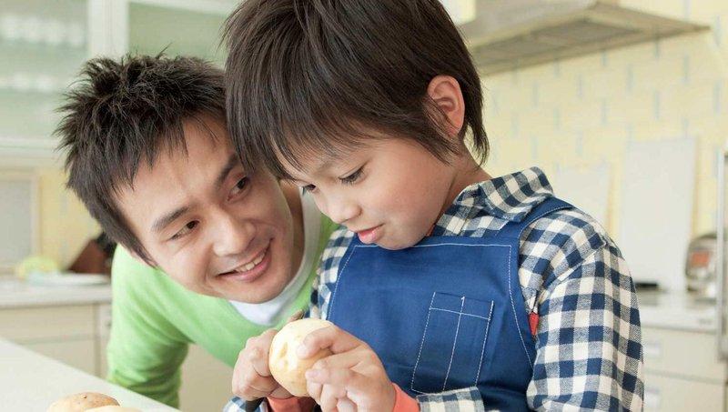 4 cara mengajarkan balita berbagi kebahagiaan natal 4