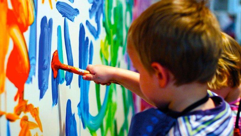 4 cara menyenangkan mengatasi balita yang suka menggambar di dinding 3