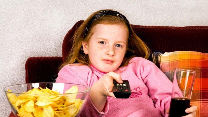 4 dampak buruk menonton tv dan video saat makan 1