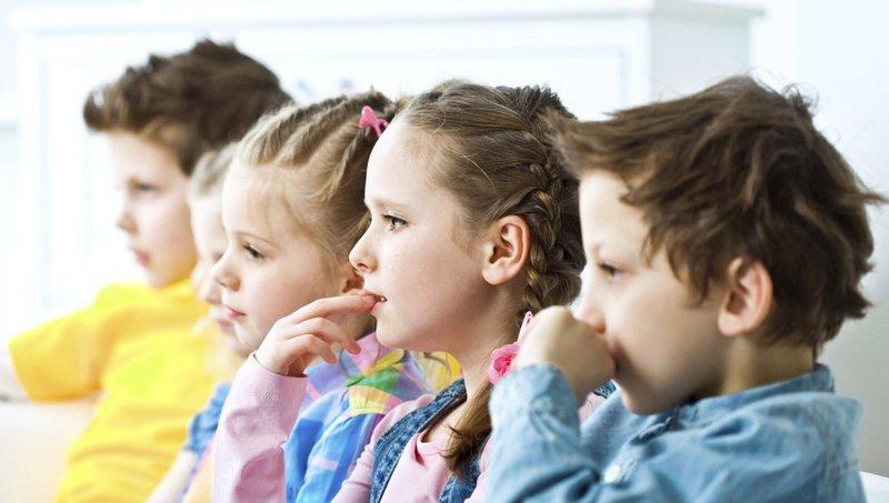 4 dampak buruk menonton tv dan video saat makan 4