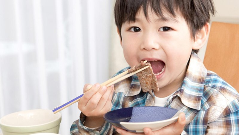 4 tahapan mengajari balita makan sendiri 1