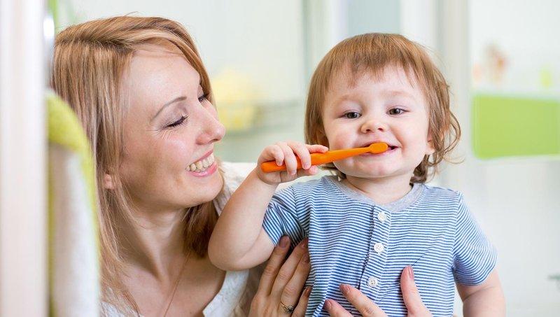 4 tips mengajarkan balita untuk gosok gigi sendiri 4