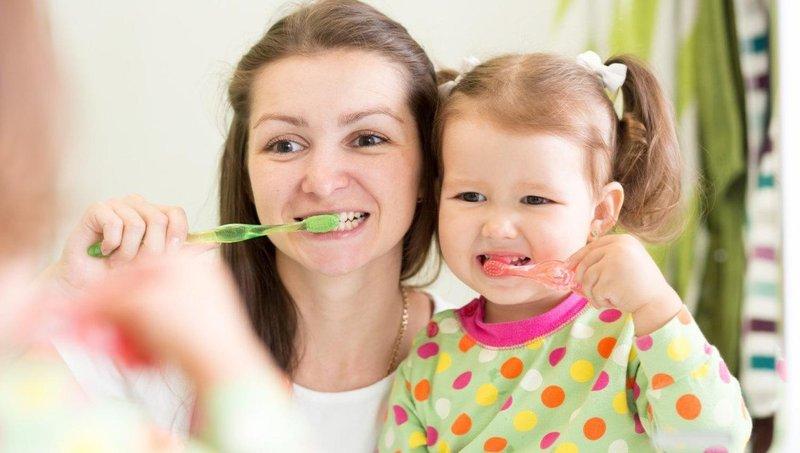 4 tips mengajarkan balita untuk gosok gigi sendiri 2