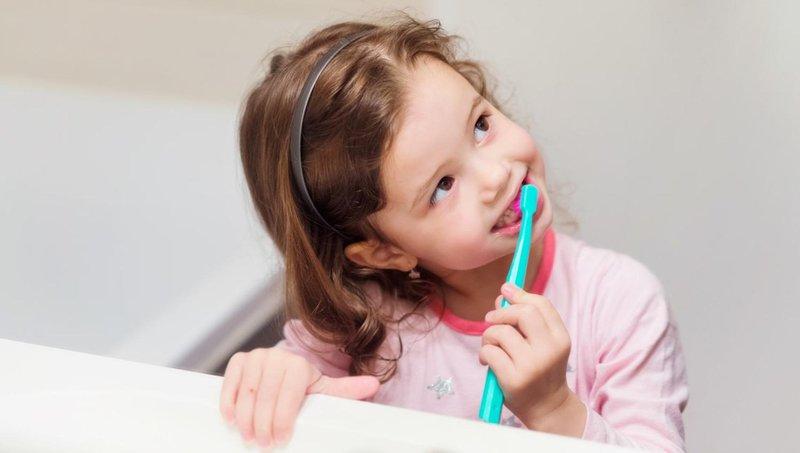 4 tips mengajarkan balita untuk gosok gigi sendiri 3