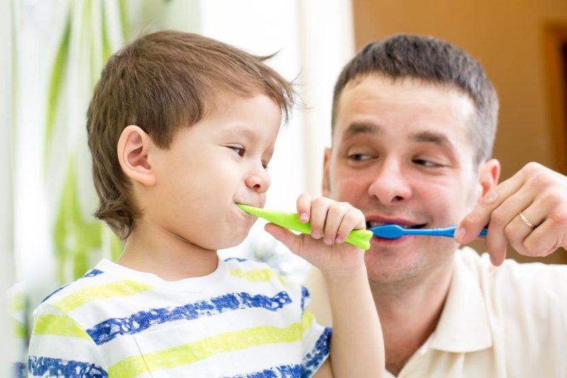 4 trik cerdas menghadapi anak yang malas sikat gigi 4
