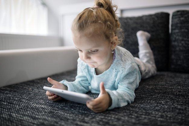 5 Alasan Mengapa Lebih Baik Memberi Mainan Edukasi Berbentuk Fisik 1.jpg