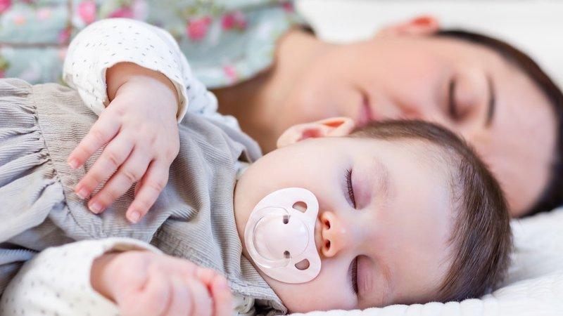 berbagi tempat tidur bayi