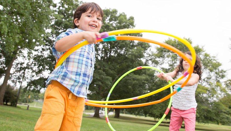 5 Manfaat Bermain Hula Hoop Bagi Anak 2.jpg