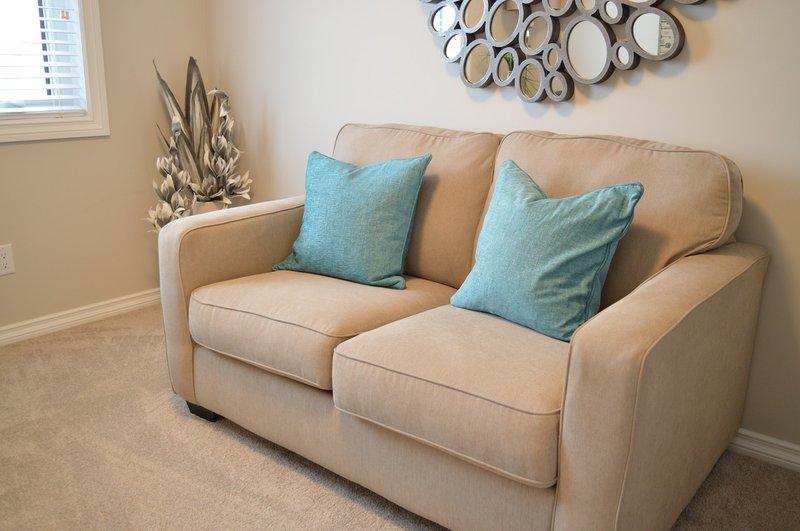 pastikan sofa nyaman sebelum bercinta di sofa