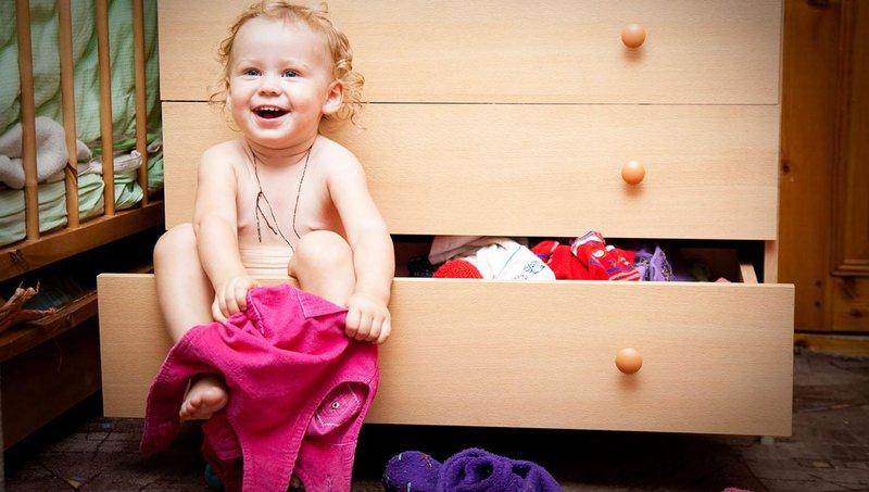 5 cara mengajarkan anak memakai baju sendiri 3