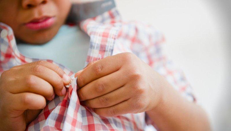5 cara mengajarkan anak memakai baju sendiri 5