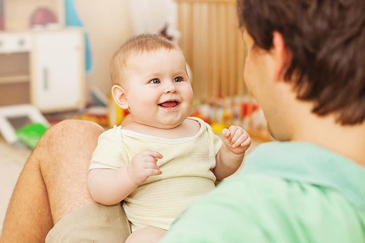 stimulasi perkembangan bayi 8 bulan