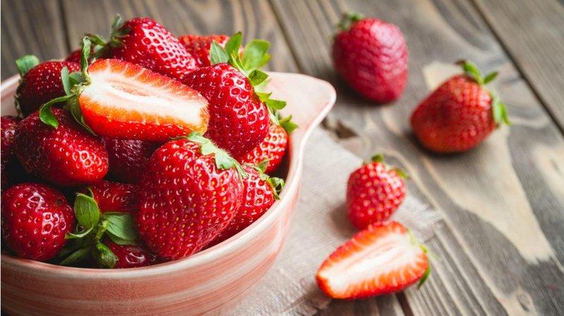 5 makanan ini akan memperkuat gigi balita strawberry