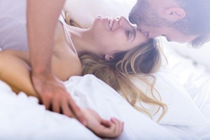 5 posisi seks saat lelah 01