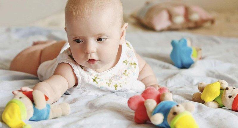 5 stimulasi tumbuh kembang bayi usia 2 3 bulan 5