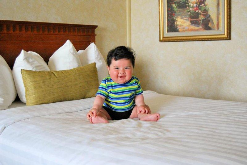 5 trik membuat bayi nyaman tidur di hotel saat liburan