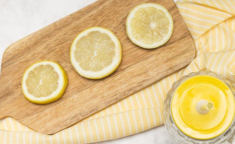 6 Cara Menghilangkan Jerawat dengan Cepat 2 lemon freepik.jpg