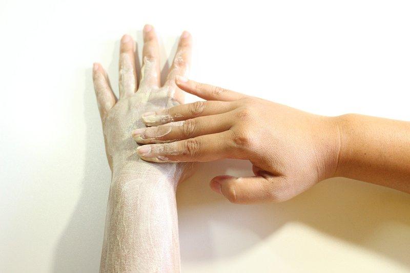 6 Manfaat Minyak Zaitun untuk Kesehatan Kulit body scrub.jpg