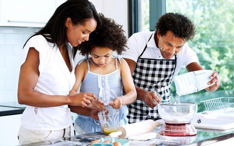 6 cara membuat kegiatan memasak bersama anak lebih menyenangkan 1