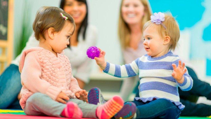 6 tahapan bermain balita sesuai dengan perkembangan kemampuan sosialnya 3