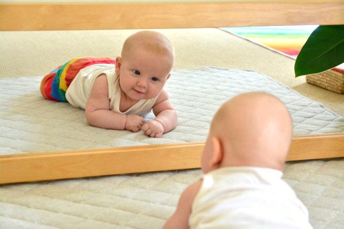 bayi bercermin