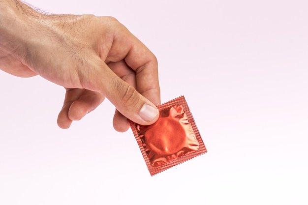 menggunakan kondom untuk mengatasi ejakulasi dini