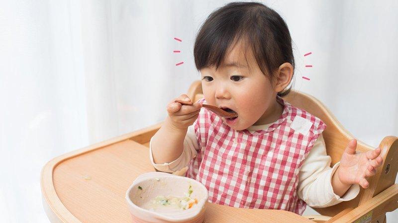 8 cara mengajarkan bayi makan sendiri hero banner magz (1510x849) (1)