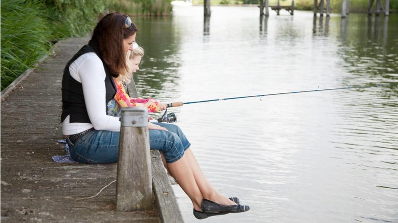 8. memancing bersama