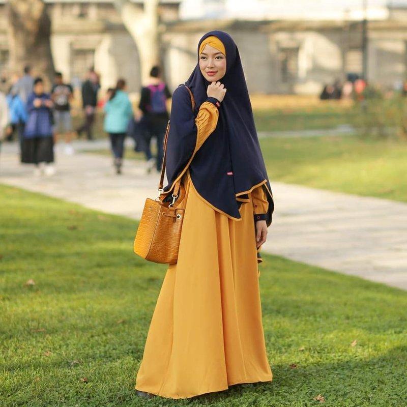 warna jilbab yang bikin wajah putih navy