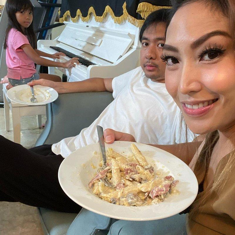 potret Ayu Dewi dan suami-1