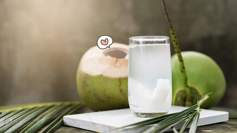 Minum-air-kelapa-bikin-bayi-putih.jpg