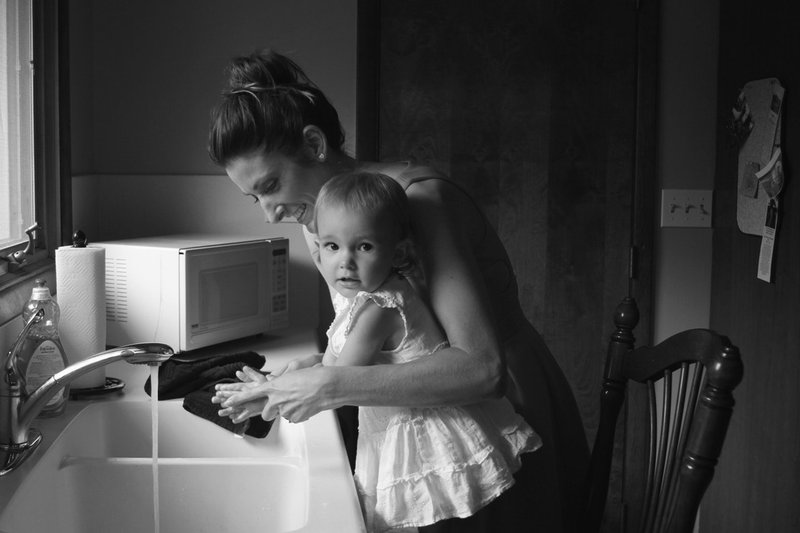 Anak Belajar Merawat Diri, Rumah, dan Keluarga mengajarkan pekerjaan rumah tangga pada balita.jpg