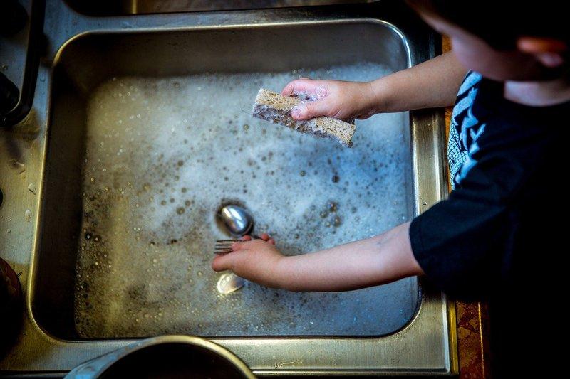 Anak Lebih Mandiri mengajarkan pekerjaan rumah tangga pada balita.jpg