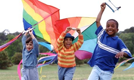 Bermain Layangan - Aktivitas Fisik Anak
