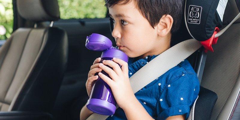 Minum banyak cairan sebagai cara mengobati amandel pada anak .jpg