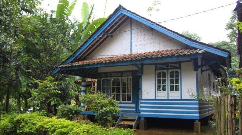 Rumah Adat Sunda Badak Heuay