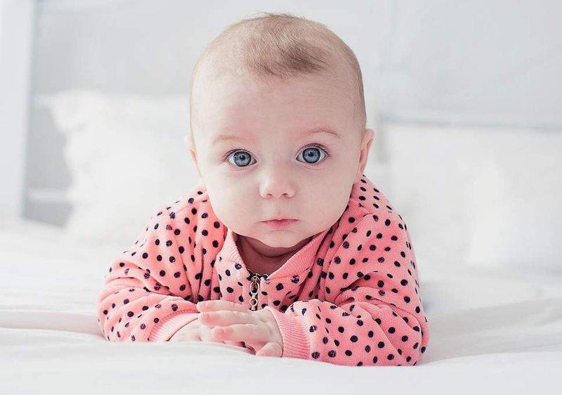 cara melindungi kulit bayi saat di pantai-baju bayi