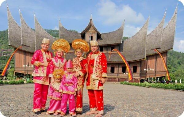 Batu Sangkar - Pakaian Adat Sumatera Barat.jpg