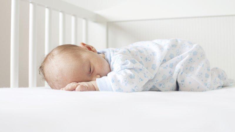 pola tidur bayi berbeda pada setiap anak