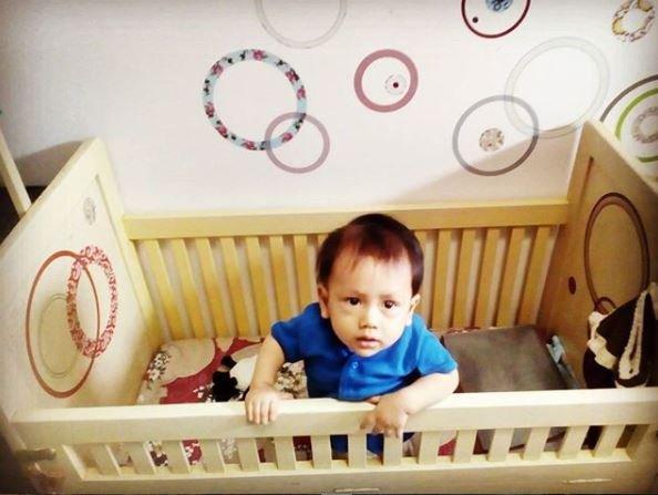 Bram di dalam boks bayi dari Uwaknya..JPG